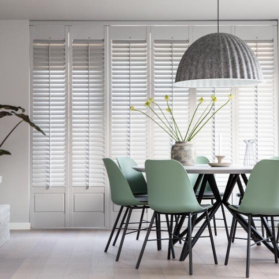 Witte shutters woonkamer raised panel overview vtwonen